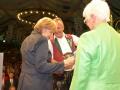 Überreichung des Geschenks an die Bundeskanzlerin durch den 1. Vorstand